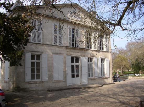la mairie : le château de Coureilles