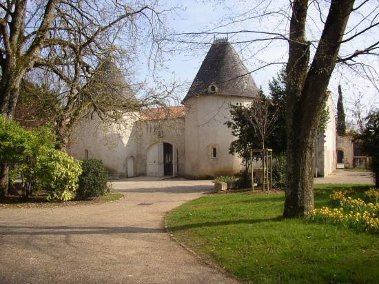 Foyer rural ancien pigeonnier ? ou entrée de l'ancien château ?