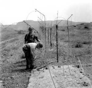 des-soldats-v-rifient-les-barbel-s-de-la-fronti-re-alg-ro-marocaine-thumb.jpg